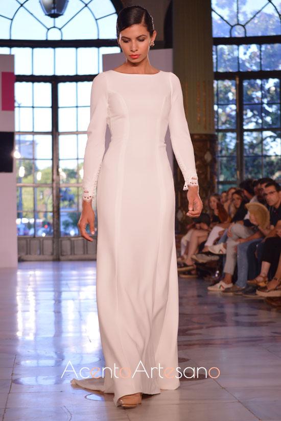 Vestido de novia fluído en tono blanco con escote barco de Atelier Rima