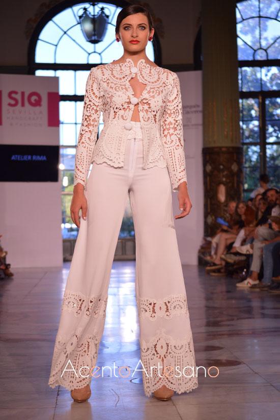 Traje de novia de pantalón y chaqueta en blanco en tejido perforado de Atelier Rima