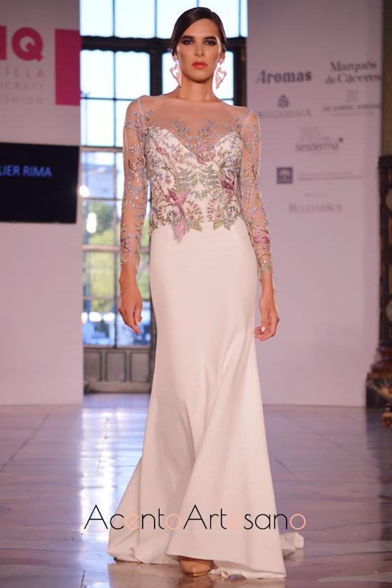 Vestido de novia de silueta evasé con talle de pedrería y encaje en diversos tonos de Atelier Rima