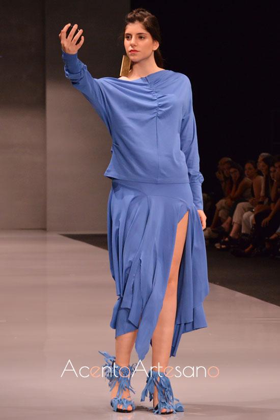 Estilismo en azul índigo de manga murciélago y falda larga con aberturas de Fátima Ropero