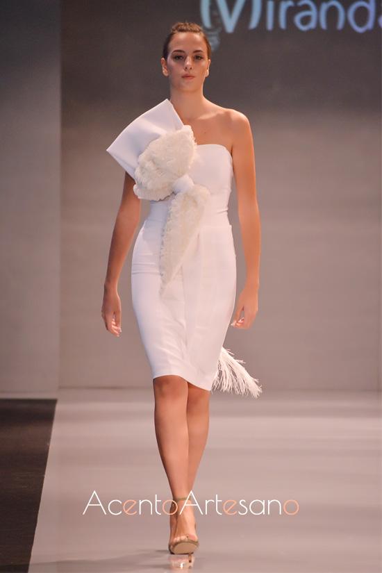 Vestido blanco con lazada al hombro de Paco Miranda