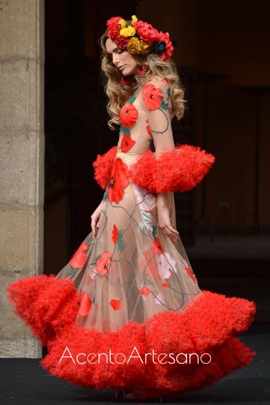 Traje de flamenca en rojo con bordados de flores sobre semitransparencias de Rosapeúla en  Pasarela Flamenca Granada