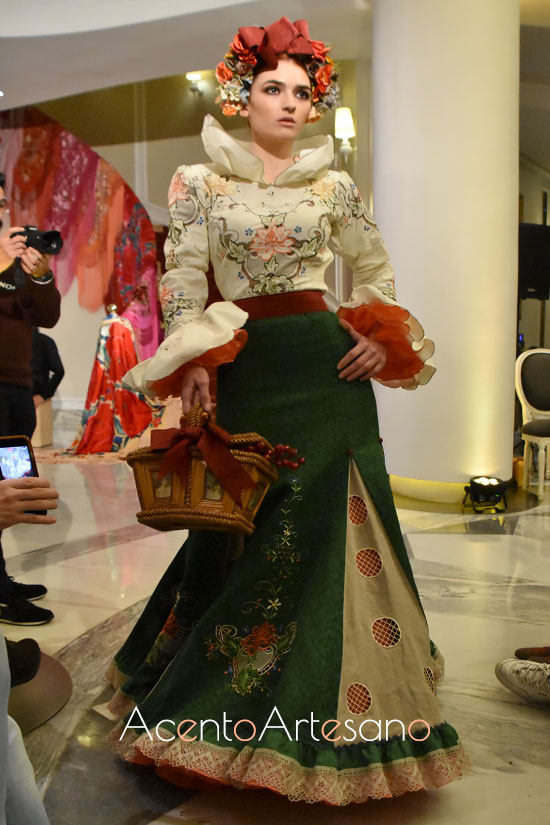 Traje de flamenca de dos piezas de cuerpo bordado y falda de vuelo en tablas de Atelier Rima para Úniqo Qlamenco