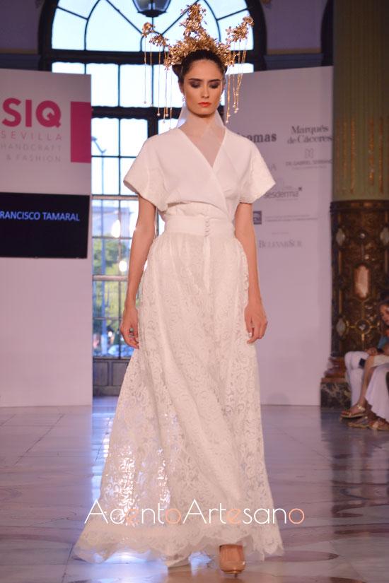 Traje de novia con kimono de cuello mao para palazzos bordados de Francisco Tamaral