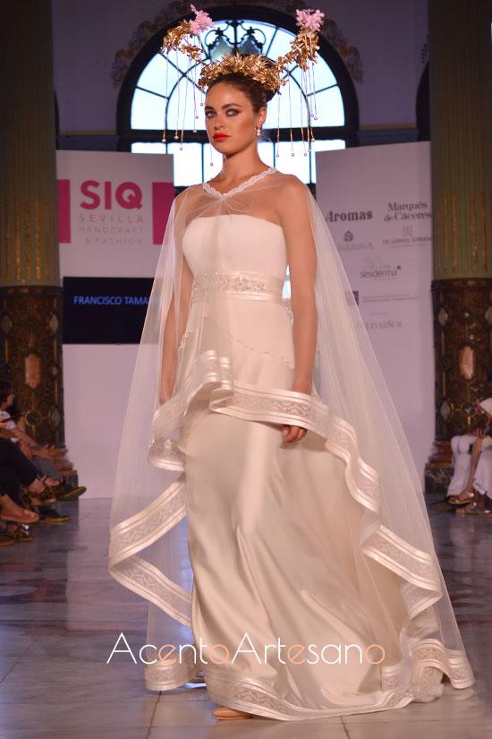 Capa transparente para vestido de novia en blanco de Francisco Tamaral en la pasarela SIQ