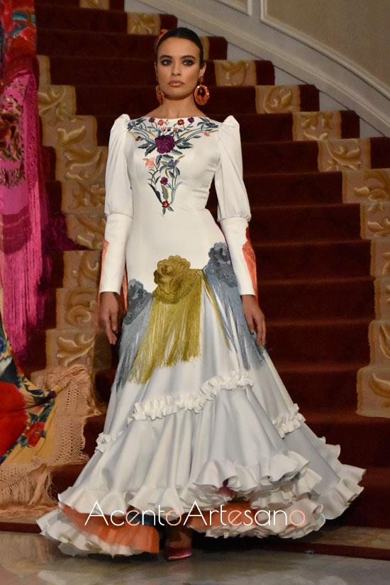 Traje de flamenca blanco con vuelo all bies y bordados flecados de Loli Vera