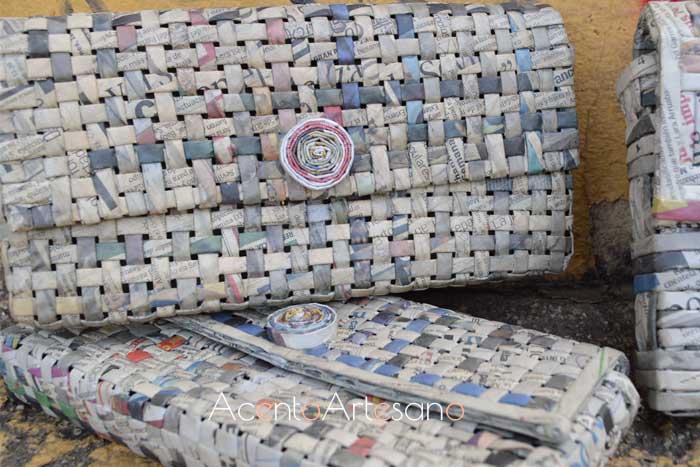 Carteras de mano realizadas con papel reciclado procedente de periódicos