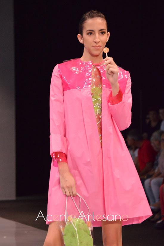 Gabardina en tono rosa chicle de plástico reciclado de Rocío Ballesteros