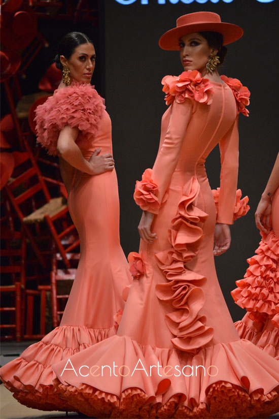 Trajes de flamenca en tono coral de Ernesto Sillero