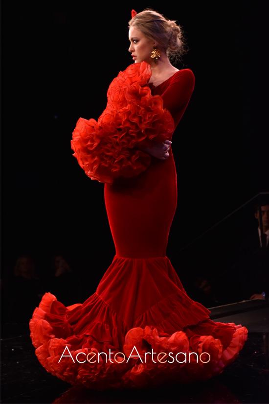 Traje de flamenca rojo de terciopelo de Alejandro Santizo en SIMOF 2020