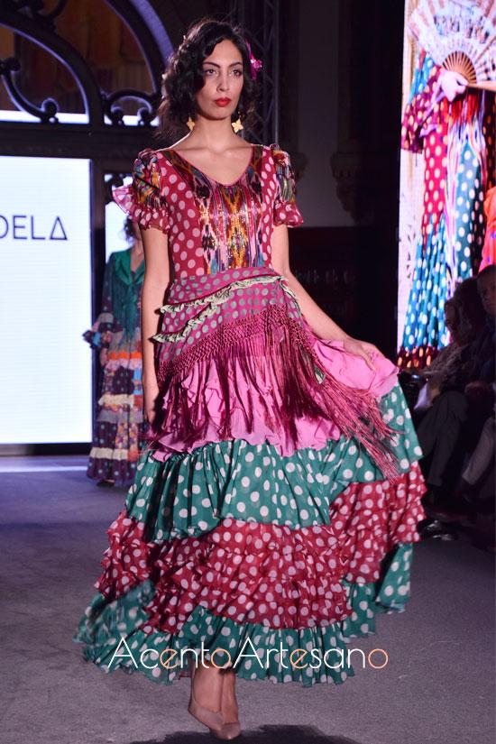 Traje de flamenca de volantes desde la cintura de Ángela y Adela
