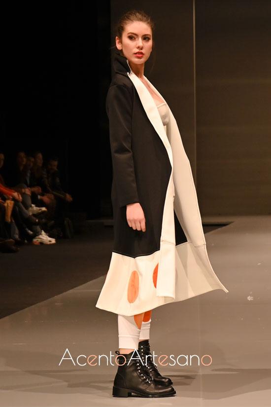 Estilismo de abrigo y leggings de Lola Grondona en Code 41 Talent