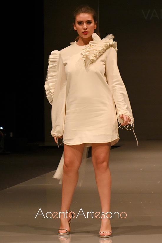Vestido blanco con cordones de Vanesa Sanmar