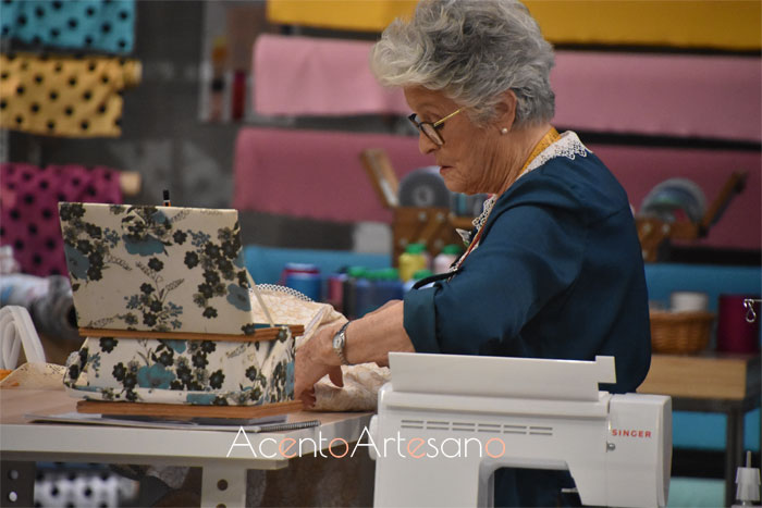 Cuqui preparando tejido para su diseño en Aguja Flamenca