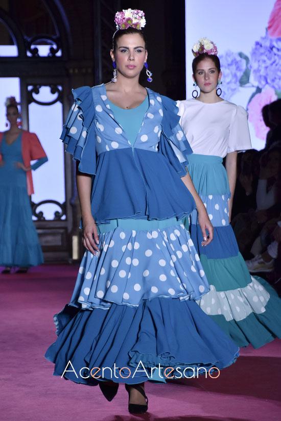 Traje de flamenca azul sin mangas con chaqueta de volantes de Alba Calerón