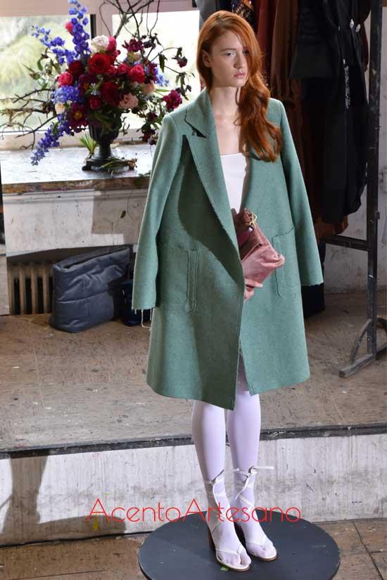 Abrigo verde con bolsillos de Moisés Nieto