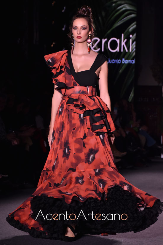 Traje de flamenca de dos piezas con falda setentera y mantoncillo de Pablo Retamero y Juanjo Bernal