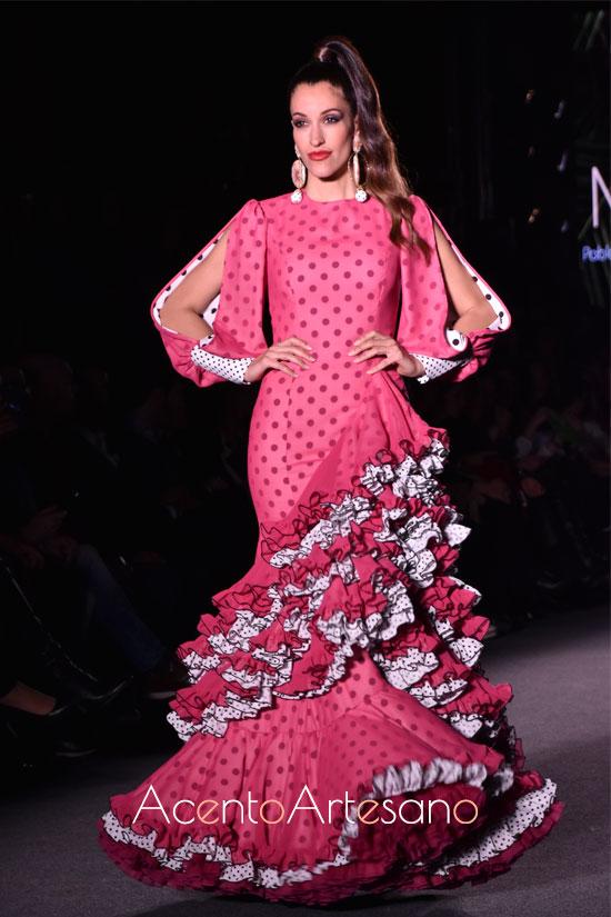 Traje de flamenca rosa con lunar negro de Pablo Retamero y Juanjo Bernal