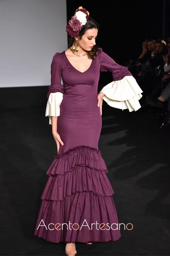 Traje de flamenca morado de Gracia Cifuentes con mangas de doble largo en Emprende Lunares