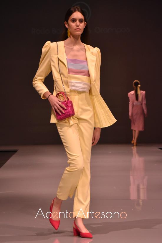 Traje de chaqueta en amarillo avainillado con plisados en el bajo de Rocío Ballesteros
