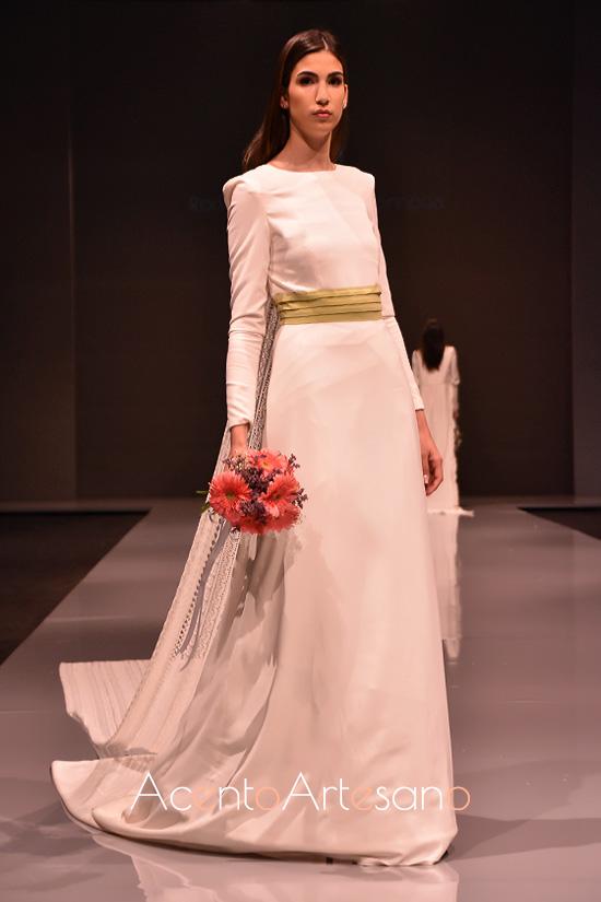 Vestido de novia con cola watteau de Rocío Ballesteros
