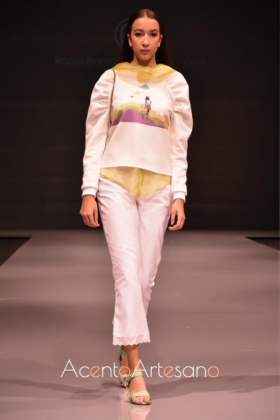 Look en blanco de pantalón capri y sudadera de mangas ranglan de Rocío Ballesteros