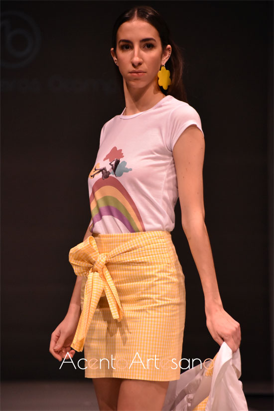 Camiseta con arco iris para minifalda de cuadritos vichy de Rocío Ballesteros