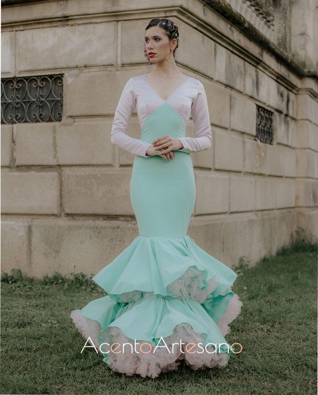 Traje de flamenca de dos volantes en verde y blanco de Aurora Ruíz