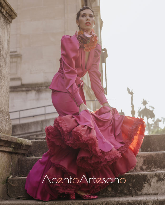 Traje de flamenca en buganvilla con chaqueta de botones, lazada y mangas farol de Aurora Ruíz