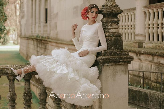 Traje de flamenca blanco de talle bajo de Aurora Ruíz