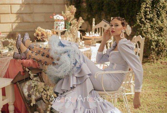 Traje de flamenca azul de Aurora Ruíz con escote corazón de su nueva colección 'Érase una vez', inspirada en el cuento Alicia en el País de las Maravillas