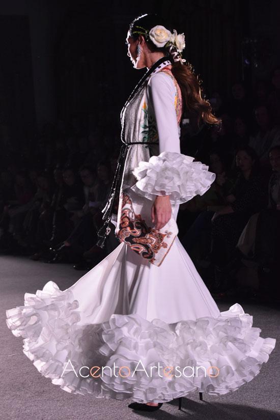 Traje de flamenca blanco con vuelo evasé de El Ajolí