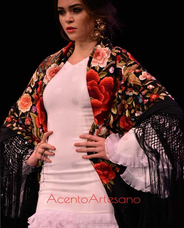 Clásico mantón negro bordado para traje de flamenca blanco de Santos Rodrigues