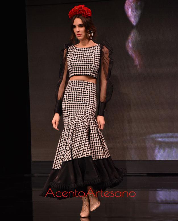 Traje de flamenca de dos piezas en tweed y con mangas transparentes de Santos Rodrigues en SIMOF