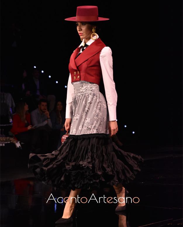 Estilismo flamenco de tres piezas, con chalequillo corto camisa blanca y falda con parte del vuelo canastero en largo midi de Santos Rodrigues