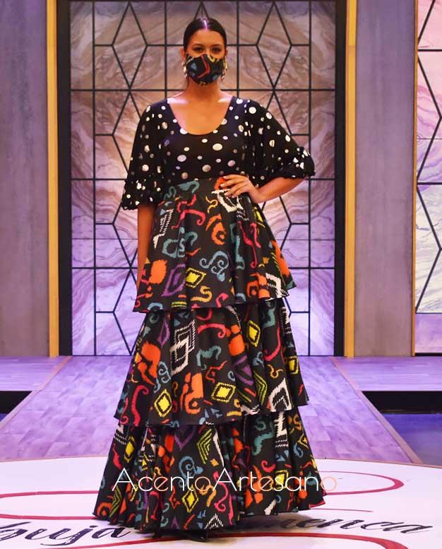 Estislismo de flamenca dos piezas de lunares y esatampado de Sergio Vidal con mascarilla a juego en Aguja Flamenca