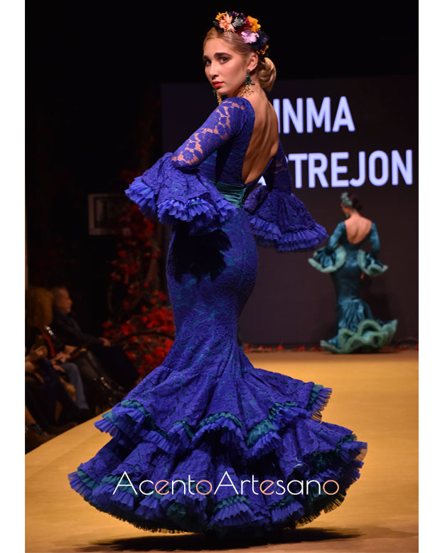 Traje de flamenca de encaje en azul índigo de Inma Castrejón