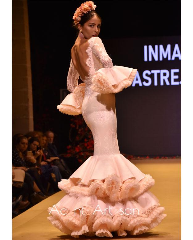 Traje de flamenca en brocado y encaje blanco de Inma Castrejón