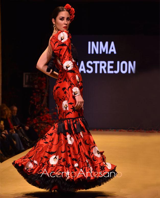 Traje de flamenca rojo con asimetría en mangas de Inma Castrejón