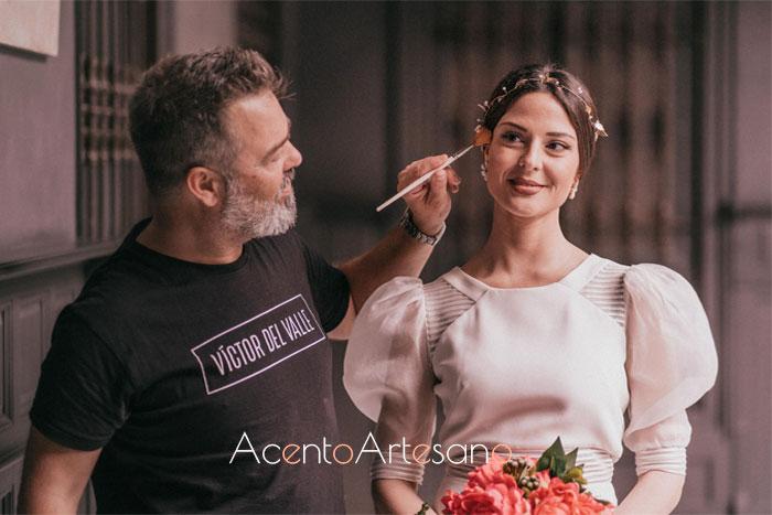 Víctor del Valle dando los últimos retoques al maquillaje de novias