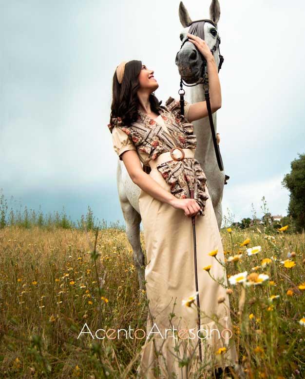 Vestido de amazona de manga abullonada y complementado con mantoncillo estampado de Alejandro Andana