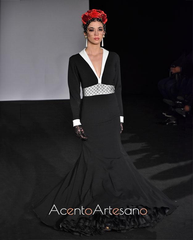 Traje de flamenca negro, con escote de solapa en blanco de Mg Macías