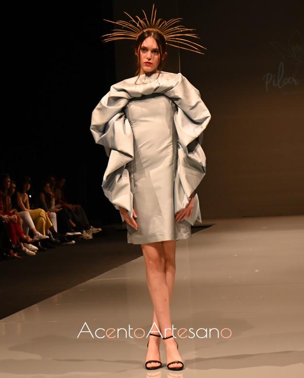 Vestido de vuelo de capa con abullonado en el contorno del mismo de Pilar Rico.