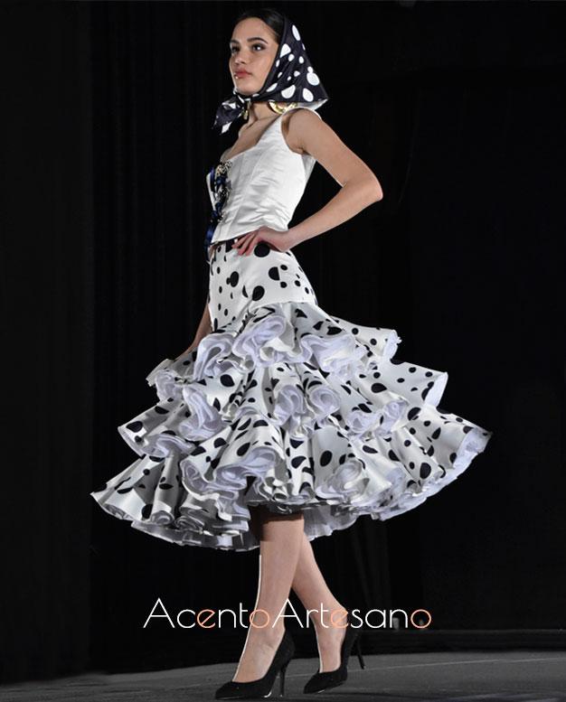 Traje de flamenca tipo Marisol en blanco con lunar negro de Rebeca Moda Flamenca