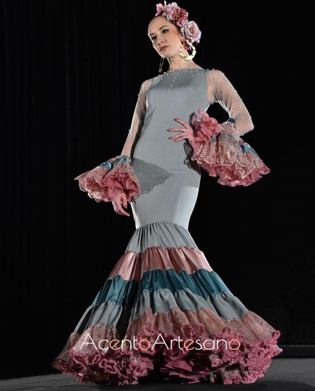 Traje de flamenca de Rebeca Moda Flamenca con aplicaciones de perlas en tonos pastel