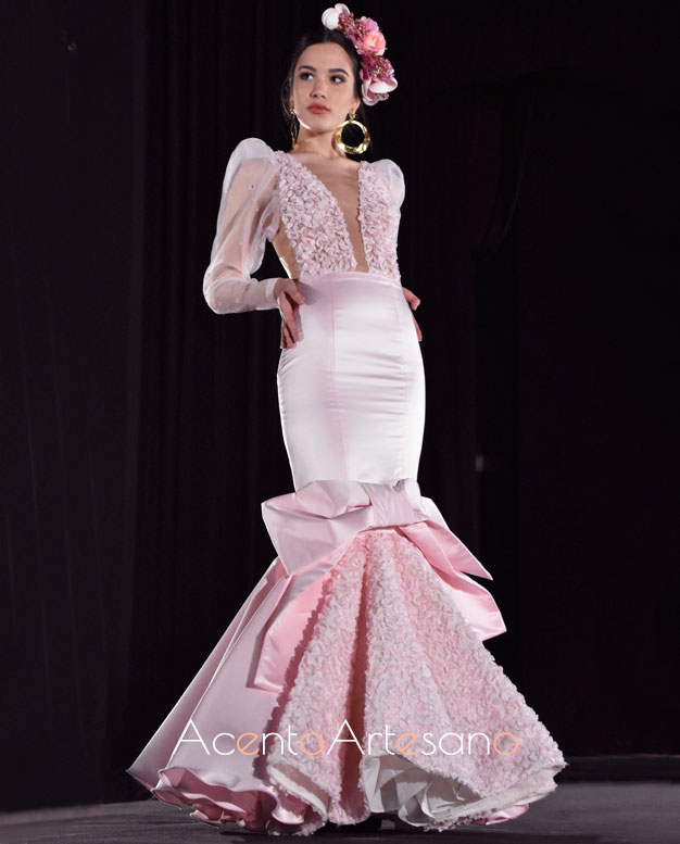 Traje de flamenca rosa con gran lazada en el vuelo de la colección NoLiTa de Rebeca Moda Flamenca