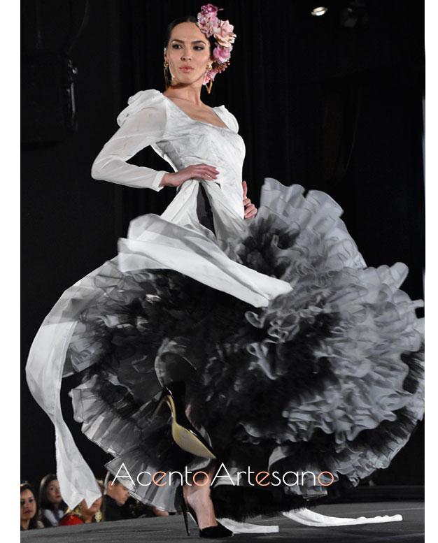 Traje de flamenca en blanco y gris de Rebeca Moda flamenca en Pasarela Flamenca Granada