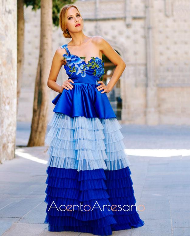 Vestido en azul índigo, asimétrico, cuajado de volantes plisados con tablas de Victoria García en su colección Vandelvira