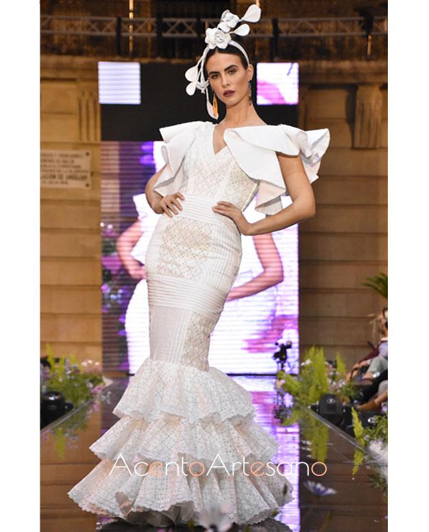 Traje de flamenca en batista blanca, tendencia de la temporada 2020, de Isabel Perea en Andújar Flamenca
