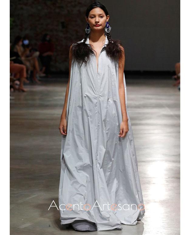 Vestido túnica sin mangas con cuello camisero de Pilar Dalbat